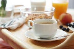служят завтрак кровати, котор Стоковая Фотография