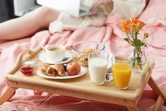 служят завтрак кровати, котор Стоковая Фотография RF