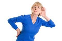 Слух более старой женщины изолированный на белой предпосылке стоковое изображение