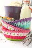 Случаи и ингридиенты пирожного над белизной с copyspace Стоковые Изображения RF