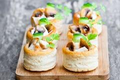 случаи печенья слойки VOL.-au-сбросов заполнили с грибами и chicke Стоковое Изображение