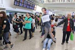 Случай багажа руководителя протеста на авиапорте Гонконга Стоковое Изображение RF