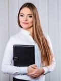 Случай владением работника офиса молодой женщины с файлами Стоковое Изображение