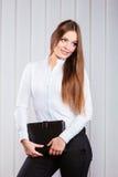 Случай владением работника офиса молодой женщины с файлами Стоковая Фотография