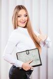 Случай владением работника офиса молодой женщины с файлами Стоковая Фотография RF