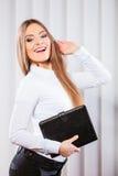 Случай владением работника офиса молодой женщины с файлами Стоковое фото RF