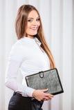 Случай владением работника офиса молодой женщины с файлами Стоковые Изображения RF