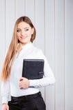 Случай владением работника офиса молодой женщины с файлами Стоковые Фотографии RF