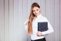 Случай владением работника офиса молодой женщины с файлами Стоковые Фото