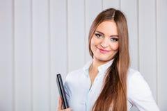 Случай владением работника офиса молодой женщины с файлами Стоковое Фото