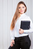 Случай владением работника офиса молодой женщины с файлами Стоковые Изображения