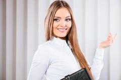 Случай владением работника офиса молодой женщины с файлами Стоковое Изображение RF