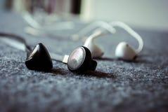Слушает музыка с наушниками Стоковая Фотография