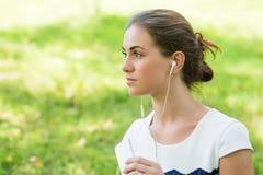 Слушать девушки красивый к музыке Стоковая Фотография