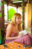 Слушать и делать замечают девушку в кафе Стоковая Фотография RF