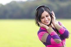 Слушать к музыке в природе Стоковое фото RF