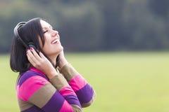 Слушать к музыке в природе Стоковое Изображение RF