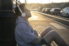 Слушать к музыке на улице стоковые фотографии rf
