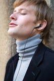 Слушать к музыке с наушниками Стоковая Фотография RF