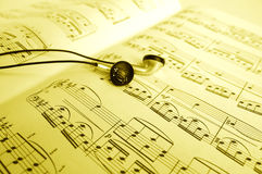 Слушать к музыке Стоковая Фотография RF