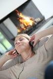 слушая нот ослабляя к женщине Стоковое Изображение RF