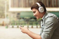 слушая нот человека стоковые изображения