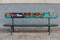 С художественной точки зрения покрашенная деревянная скамья на Avenida Arriaga в Фуншале Мадейра, Португалия стоковые фото
