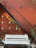 с художественной точки зрения украшенные стена и двор стоковое изображение rf