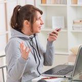 Слышать - поврежденная женщина работая с компьтер-книжкой Стоковое Фото