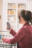 Слышать - поврежденная женщина работая с smartphone Стоковые Изображения RF
