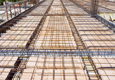 Сляб в laterocemento с лучами башни electro-металла основывает в кирпичах Стоковые Изображения RF