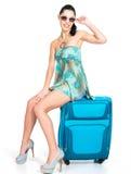 Сasual kvinnaanseende med reser resväska Arkivfoton