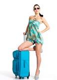 ?asualvrouw die zich met reiskoffer bevinden Stock Afbeeldingen