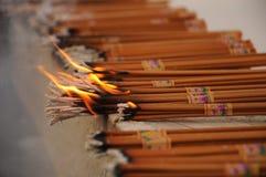 Сeremonial灼烧的香火棍子。 免版税库存图片