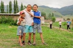 Сhildren戏剧比赛在一个中亚村庄 免版税库存图片