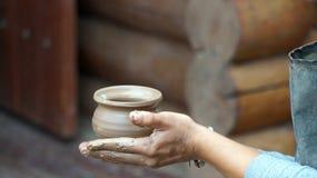 Сlay kruka som göras av keramikern Arkivfoton