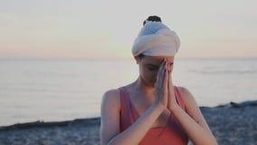 Сlose-επάνω στο πρόσωπο του ινδικού όμορφου κοριτσιού Χαλαρώστε το σώμα και το μυαλό στην παραλία στο ηλιοβασίλεμα Έμπνευση, zen  φιλμ μικρού μήκους