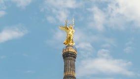 ?lose para arriba de la estatua de Victoria Hyperlapse de Victory Column es una atracción turística importante en la ciudad de Be almacen de video