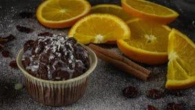 Сlose-up av en läcker kaka på a med skivor av apelsiner royaltyfri foto