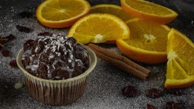 ?lose-up de una torta deliciosa en a con las rebanadas de naranjas foto de archivo libre de regalías