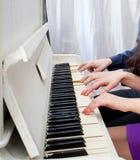 Сlose w górę widoku ręki bawić się pianino Zdjęcie Royalty Free