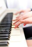 Сlose w górę widoku ręki bawić się pianino Obraz Stock