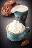 Сoffee用被鞭打的奶油和巧克力曲奇饼 库存图片