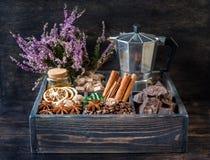 Сoffee豆、巧克力、香料和蜂蜜在一个木箱。 免版税库存图片