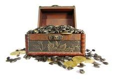 Сoffer用谷物和硬币装载了 免版税库存图片