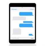 сomputerminnestavlan med sms pratar på en skärm arkivfoton