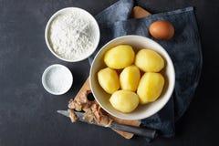 ?oncept di cottura delle patate Farina, sale, uovo e patate bollite fotografie stock