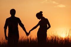 ?ouple en la puesta del sol Imagen de archivo libre de regalías