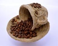 ?up e piattino con i chicchi di caffè in  immagine stock
