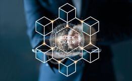 Таблетка бизнесмена касающая с сетевым подключением a blockchain стоковая фотография rf